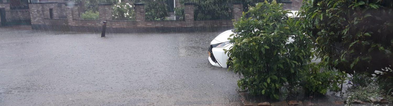 Wateroverlast op straat in Rhenen.